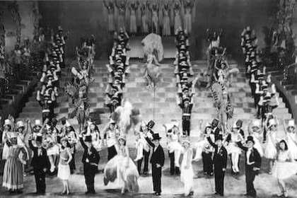 宝塚歌劇団の歴史を表す写真