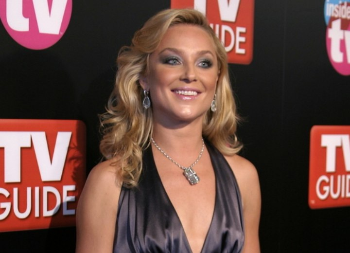 Hair Styling Spray Elisabeth Rohm Easy To Achieve Hairstyle With Curls For