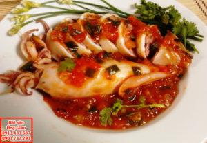 Mực nhồi thịt sốt cà chua và chiên vàng hấp dẫn.