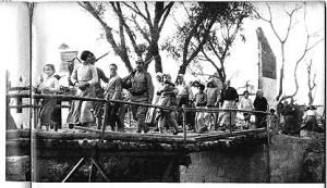 日本兵に護衛されて家路に変える中国人