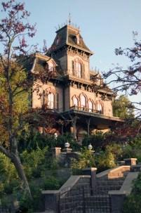 """Le Phantom Manor. Etrangement, j'ai préfèré l'extérieur que l'intérieur (étrange, vous avez dit : """"étrange""""?)"""
