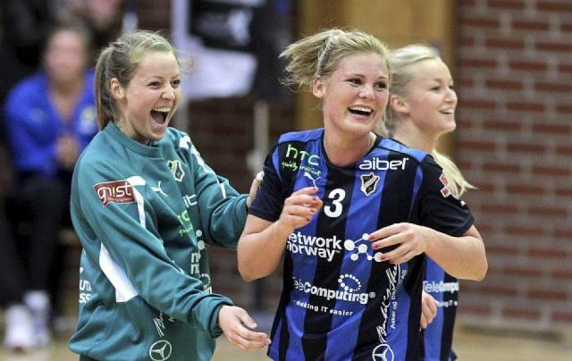 Karoline Næss (au centre), Silje Solberg (à gauche) et Stine Bredal Oftedal (en arrière plan)