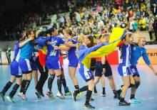 Munies de drapeaux roumains, les joueuses du CSM București célèbrent leur ticket pour leur premier Final4 sur le terrain de Rostov-Don. (Photo : facebook.com/ehf.champions.league)