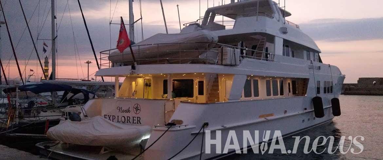 Εντυπωσιακό γιοτ «κλέβει τα βλέμματα» στο παλιό λιμάνι Χανίων (εικόνες)