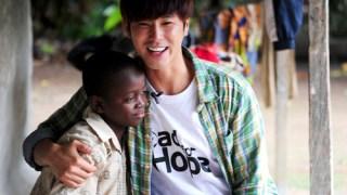 東方神起ユンホのファンクラブがガーナの子供たちに学用品を寄付