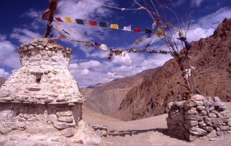 Wikipedia Commons - Pass between Hemis Shakpachen and Ang in Ladakh|June 2004 |Picture by Carsten Nebel