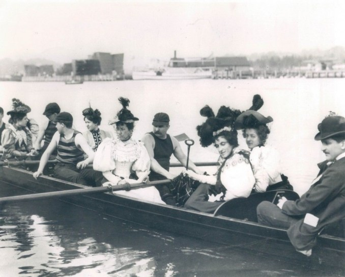 Ladies-Day-Rowing-on-the-Harlem-River-circa-1905-photo-UPI-900x721