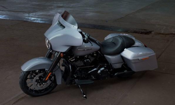 Motocykel Harley-Davidson touring Street Glide Special 114 farba Barracuda Silver