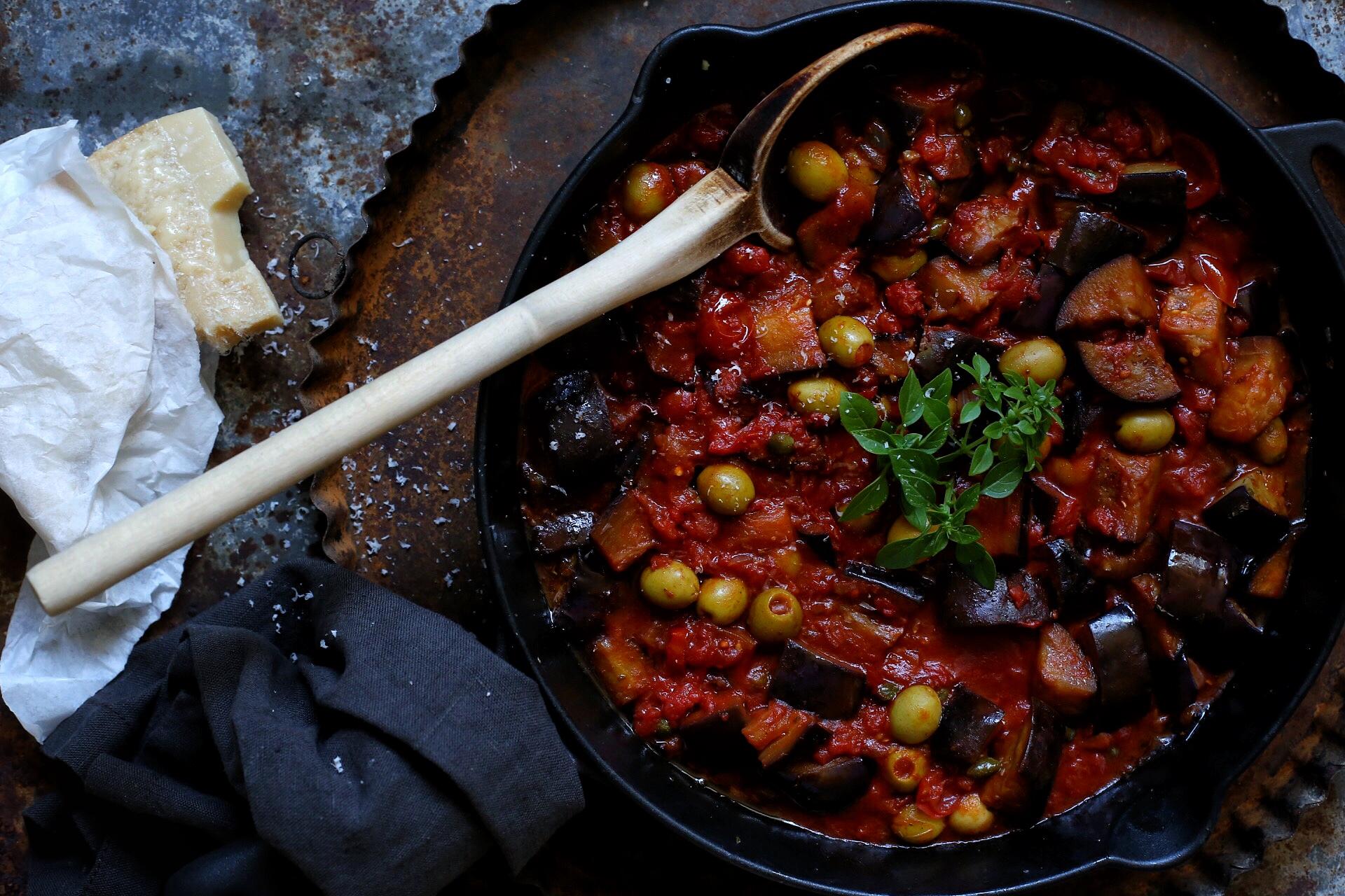 Italienische Sommerküche : Sommerküche pasta mit auberginen kapern und oliven