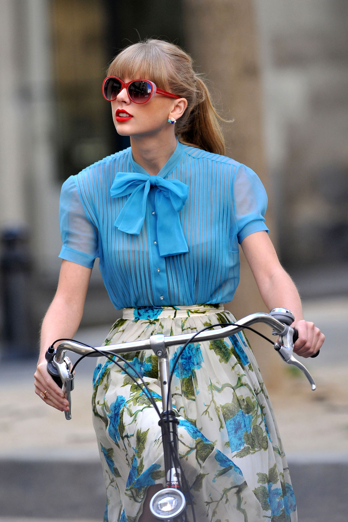 Look Retro Taylor Swift On The Set Oh Her New Music Video In Paris