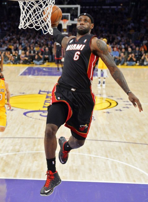 lebron-james-dunks-lakers