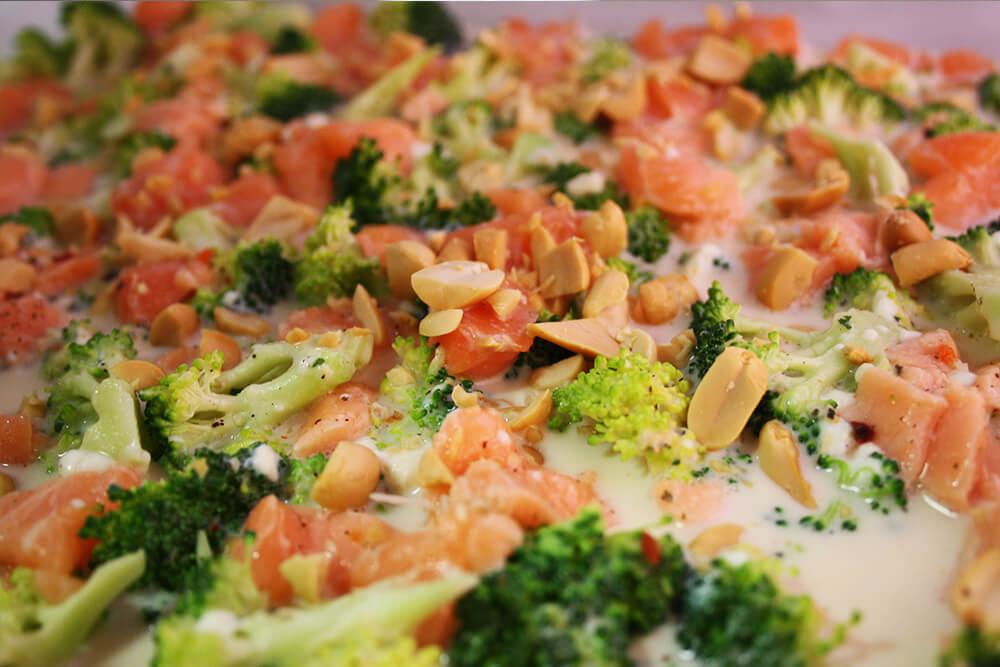 lowcarb Auflauf mit Brokkoli Lachs und Erdnüssen