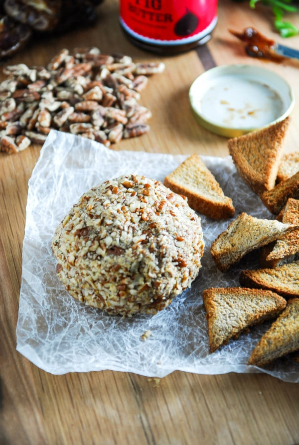 Smoked Paprika and Cheddar Vegan Cheese Ball//heartofabaker.com