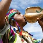 chaman-tocando-el-pututocomo-parte-de-una-ceremonia-espiritual-andinoansestral-a20380020