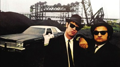 Elwood Blues (Dan Aykroyd) in 'Joliet' Jake Blues (John Belushi) v filmu The Blues Brothers (1980)
