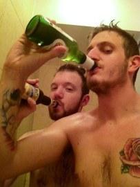 Pitje piva pod tušem je postalo pravi fenomen tega poletja.