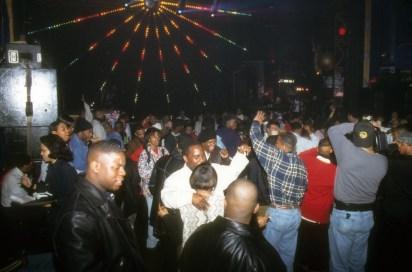 Množica pleše na zabavi v Clubu Expo, 1995.