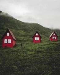Rdečke hiške na podeželju Aljaske