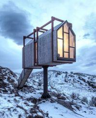 Dvignjena koča na norveškem otoku Fleinvær