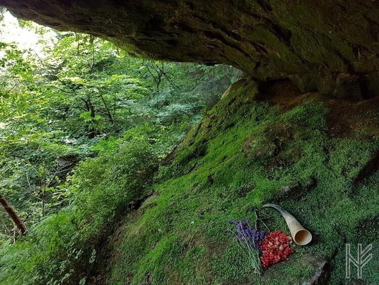 Opfergaben und Trinkhorn in der Drudenhöhle