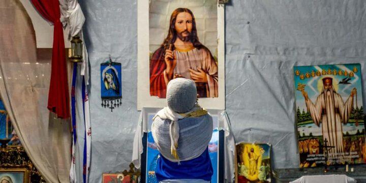 لم يزداد إقبال العالم على الدين؟ لأن الفقراء يلجؤون إلى الله - جايلز فريزر