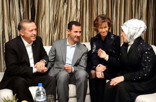 Ο Ταγίπ Ερντογάν κρατά ...πατρικά το χέρι του προέδρου της Συρίας Ασαντ. Φωτογραφία ANADOLU AJANSI - KAHYAN OZER