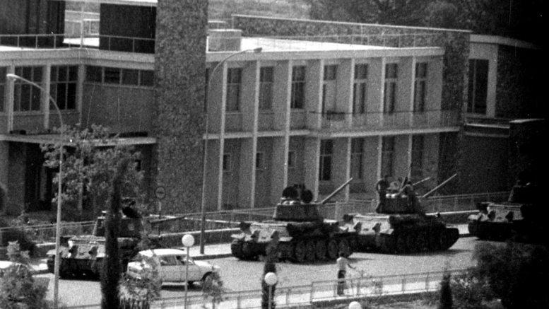 Οι πραξικοπηματίες έξω από το κτίριο της κυπριακής Βουλής, 15 Ιουλίου 1974. Φωτογραφία Αρχείου PIO Cyprus