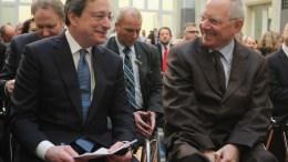 Η πολιτική των χαμηλών επιτοκίων της ΕΚΤ στο στόχαστρο Γερμανών πολιτικών και τραπεζιτών.