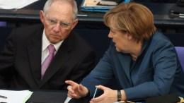 Η καγκελάριος Μέρκελ με τον υπουργό Οικονομικών Σόιμπλε. Φωτογραφία ΑΠΕ-ΜΠΕ, EPA