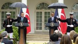 Ο Πρόεδρος Ομπάμα με τον Ταγίπ Ερντογάν κάτω από τις ...ομπρέλες. 16 Μαίου 2013. Φωτογραφία ΛΕΥΚΟΣ ΟΙΚΟΣ