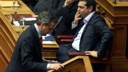 Ο πρωθυπουργός Αλέξης Τσίπρας και ο πρώην πρωθυπουργός Αντώνης Σαμαράς στη Βουλή. Φωτογραφία ΑΠΕ-ΜΠΕ, ΕΘΝΟΣ