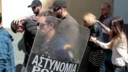 Αστυνομικοί συνοδεύουν κατηγορούμενο  (Α) που βαρύνεται με την κατηγορία του ειδεχθούς εγκλήματος της παιδοκτονίας μετά την απολογία του στον ανακριτή , καθώς και την 25χρονη μητέρα της άτυχης 4χρονης Άννυ Μπορίσοβα  αφού έλαβε προθεσμία να απολογηθεί, Αθήνα Τρίτη 5 Μαΐου 2015. ΑΠΕ-ΜΠΕ/ΑΠΕ-ΜΠΕ/Παντελής Σαίτας