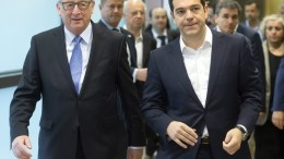 ΦΩΤΟΓΡΑΦΙΑ ΑΡΧΕΙΟΥ: Greece's Prime Minister Alexis Tsipras (R) is welcomed by European Commission President Jean-Claude Juncker (L). EPA, OLIVIER HOSLET