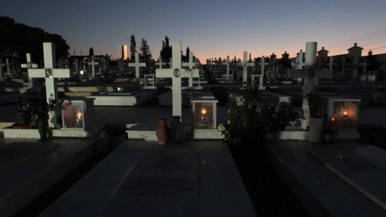 Οι τάφοι των νεκρών της τουρκικής εισβολής... Φωτογραφία ΣΤ. ΙΩΑΝΝΙΔΗΣ