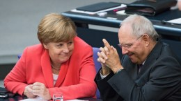 Φωτογραφία ΑΡΧΕΙΟΥ: German Chancellor Angela Merkel (L) and German Finance Minister Wolfgang Schaeuble in Berlin. EPA, BERND VON JUTRCZENKA