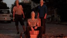 ΦΩΤΟΓΡΑΦΙΑ ΑΡΧΕΙΟΥ: Protesters wearing masks sit in front of a fire during clashes with Turkish riot police in the Gazi district of Istanbul. Violent protests broke out in Istanbul, after the death of an activist during raids against militants by Turkish government forces three days earlier. Turkey also carried out its first airstrikes against Islamic State militants, targeting them in northern Syria, but also against the outlawed Kurdistan Workers' Party (PKK). EPA/ULAS YUNUS TOSUN
