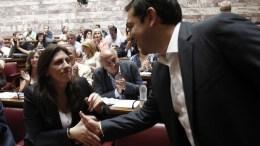 ΦΩΤΟΓΡΑΦΙΑ ΑΡΧΕΙΟΥ: Ο πρωθυπουργός Αλέξης Τσίπρας χαιρετάει την πρώην πρόεδρο της Βουλής Ζωή Κωνσταντοπούλου στη συνεδρίαση της ΚΟ του ΣΥΡΙΖΑ, την Τετάρτη 15 Ιουλίου 2015, στη Βουλή. ΑΠΕ-ΜΠΕ, ΑΛΕΞΑΝΔΡΟΣ ΒΛΑΧΟΣ