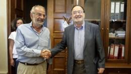 Ο Πρόεδρος της Λαϊκής Ενότητας, Παναγιώτης Λαφαζάνης (Δ), υποδέχεται τον πρόεδρο του Σχεδίου Β, Αλέκο Αλαβάνο, σε συνάντηση που είχαν στο γραφείο του στη Βουλή, Κυριακή 23 Αυγούστου 2015. ΓΙΑΝΝΗΣ ΚΟΛΕΣΙΔΗΣ
