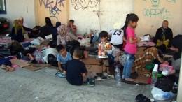 File Photo: Πρόσφυγες από τη Συρία περιμένουν στο λιμάνι της Μυτιλήνης. ΑΠΕ-ΜΠΕ, ΣΤΡΑΤΗΣ ΜΠΑΛΑΣΚΑΣ