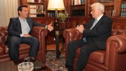 ΦΩΤΟΓΡΑΦΙΑ ΑΡΧΕΙΟΥ: Ο Πρόεδρος της Δημοκρατίας Προκόπης Παυλόπουλος (Δ) συνομιλεί με τον πρωθυπουργό Αλέξη Τσίπρα (Α). ΑΠΕ-ΜΠΕ/ΑΠΕ-ΜΠΕ/ΠΑΝΤΕΛΗΣ ΣΑΪΤΑΣ