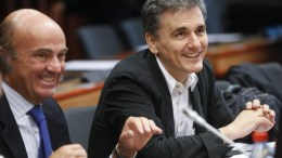 Φωτογραφια ΑΡΧΕΙΟΥ: Spanish Minister of Economy Luis de Guindos (L) and Greek Finance minister Euclid Tsakalotos (R) at the start of a special Eurogroup Finance ministers meeting, on the Greek crisis, at the European Council headquarters in Brussels. EPA/OLIVIER HOSLET