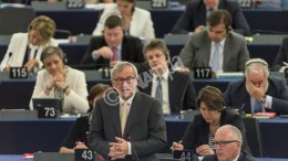epa04834727 Jean-Claude Juncker (C), President of the European Commission, delivers his speech in the plenary session at the European Parliament in Strasbourg, France, 07 July 2015.  EPA/PATRICK SEEGER