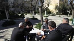 ΦΩΤΟΓΡΑΦΙΑ ΑΡΧΕΙΟΥ. Ηλικιωμένοι παίζουν ντόμινο σε γειτονιά της Αθήνας. ΑΠΕ-ΜΠΕ/ΟΡΕΣΤΗΣ ΠΑΝΑΓΙΩΤΟΥ
