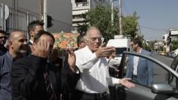 Ο πρόεδρος της Ένωσης Κεντώων Βασίλης Λεβέντης (Δ) κατά την άφιξή του για να ασκήσει το εκλογικό του δικαίωμα για τις Βουλευτικές Εκλογές 2015 στο 3ο Γυμνάσιο Περιστερίου, την Κυριακή 20 Σεπτεμβρίου 2015. ΑΠΕ ΜΠΕ/ΑΛΕΞΑΝΔΡΟΣ ΒΛΑΧΟΣ