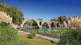 Στην Αρτα το πιο διάσημο αξιοθέατο είναι φυσικά το γεφύρι, που συνοδεύεται από τον θρύλο για τη γυναίκα του πρωτομάστορα, που έπρεπε να «σφραγίσει» με το σώμα της την ευστάθειά του, αλλά και που κάποτε αποτέλεσε το όριο της ελεύθερης από την αλύτρωτη Ελλάδα. Φωτογραφία: Ηρακλής Μήλας