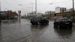 Αυτοκίνητα προσπαθούν να διασχίσουν δρόμο γεμάτα νερά. Φωτογραφία αρχείου. ΑΠΕ-ΜΠΕ/ΑΛΕΞΑΝΔΡΟΣ ΒΛΑΧΟΣ