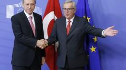 Φωτογραφία Αρχείου: European Commission President Jean Claude Juncker (R) welcomes Turkish President Recep Tayyip Erdogan at the EU Commission in Brussels, Belgium. EPA, OLIVIER HOSLET