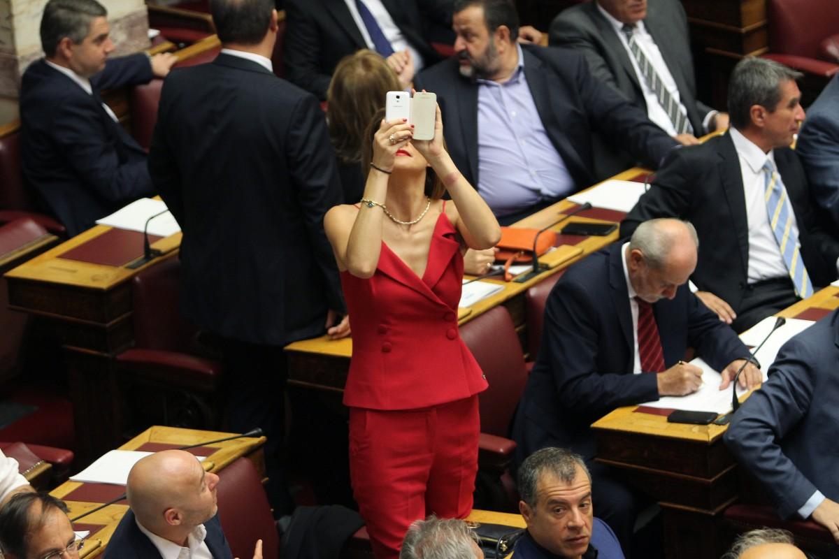 File Photo: Η βουλευτής Κατερίνα Μάρκου, τραβά αναμνηστική φωτογραφία με το κινητό της τηλέφωνο την ορκωμοσία των βουλευτών στη Βουλή. ΑΠΕ-ΜΠΕ, ICON POOL, ΔΗΜΗΤΡΗΣ ΝΤΟΥΝΤΟΥΜΗΣ