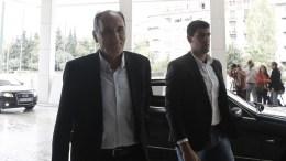 Ο υπουργός Οικονομίας, Ανάπτυξης και Τουρισμού Γιώργος Σταθάκης προσέρχεται σε κεντρικό ξενοδοχείο προκειμένου να συναντηθεί με τους εκπροσώπους των Θεσμών, Αθήνα, Πέμπτη 22 Οκτωβρίου 2015. Οι συναντήσεις του οικονομικού επιτελείου με τους εκπροσώπους των Θεσμών έχουν αντικείμενο την πορεία υλοποίησης των προαπαιτούμενων για την εκταμίευση της υποδόσης των 2 δισ.ευρώ. ΑΠΕ-ΜΠΕ/ΑΠΕ-ΜΠΕ/ΓΙΑΝΝΗΣ ΚΟΛΕΣΙΔΗΣ