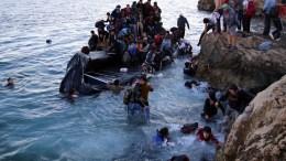 Φωτογραφία που εικονίζει πρόσφυγες και μετανάστες φτάνουν σε παραλία της Λέσβου, με φουσκωτή βάρκα από τα τουρκικά παράλια. ΑΠΕ-ΜΠΕ/ΑΠΕ-ΜΠΕ/ΣΤΡΑΤΗΣ ΜΠΑΛΑΣΚΑΣ